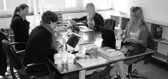 Edition F sitzt zurzeit mit zehn festen und freien Mitarbeitern im Betahaus in Berlin-Kreuzberg. Auf dem Bild sieht man die beiden Gründerinnen und Geschäftsführerinnen Nora Wohlert (o.l.) und Susann Hoffmann (o.r.), sowie Redaktionsleiterin Teresa Bücker (u.l.) und Sales & Marketing Managerin Kristy Hoffmann (u.r.).